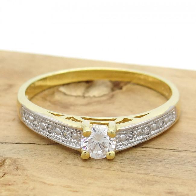 73fe79507f2ed Anel Solitário com Diamante Central de 15 Pontos e 8 Diamantes Laterais